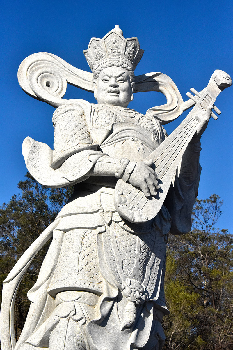 四大天王在因陀罗咒迴蕩之际,徐徐啟立,人天喜欢,降大吉祥。